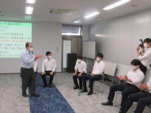 『静岡新聞』にて新入社員研修の様子を掲載いただきました